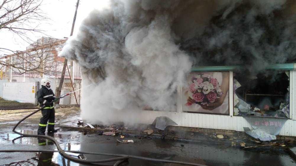 В Навле Брянской области потушили горевший киоск