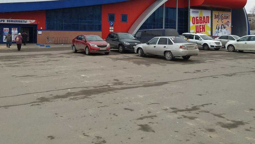 На парковке возле бежицкой «Линии» автомобилист сбил пенсионерку