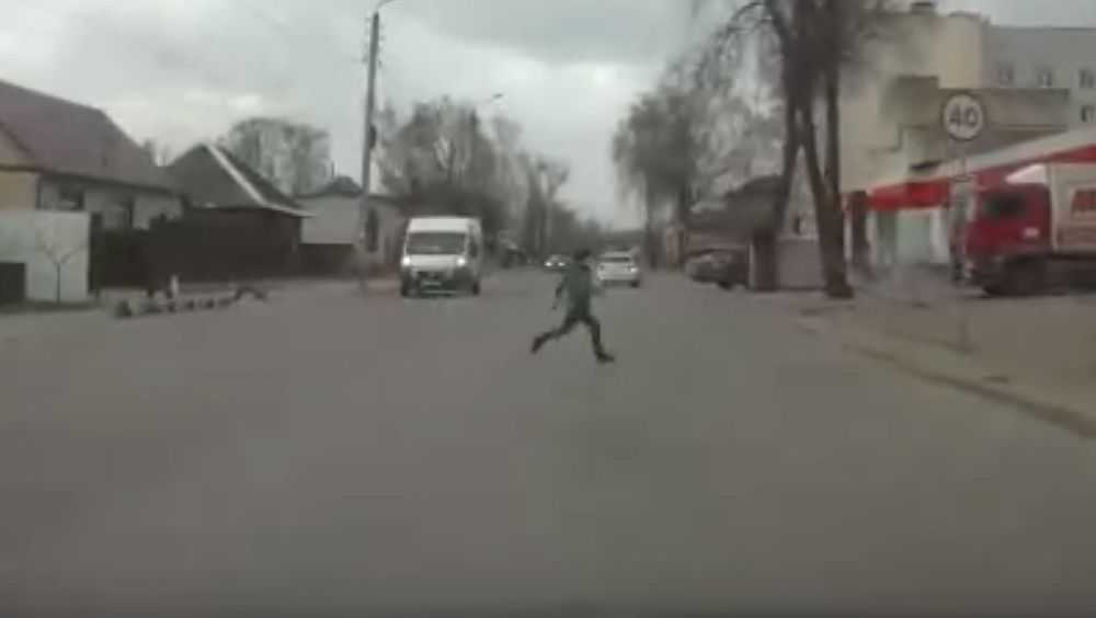 В Брянске ребенок перебежал дорогу перед носом автомобилей
