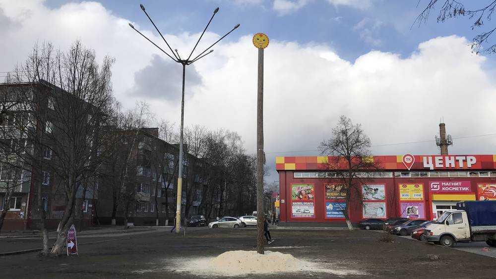 В Брянске на Масленицу снег заменили опилками под столбом