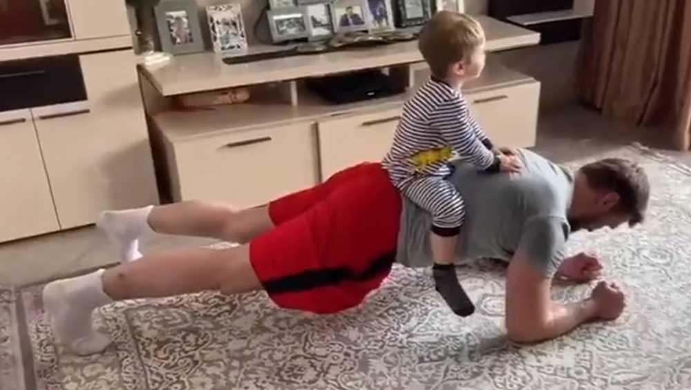 Виталий Минаков показал брянцам упражнения дома во время самоизоляции