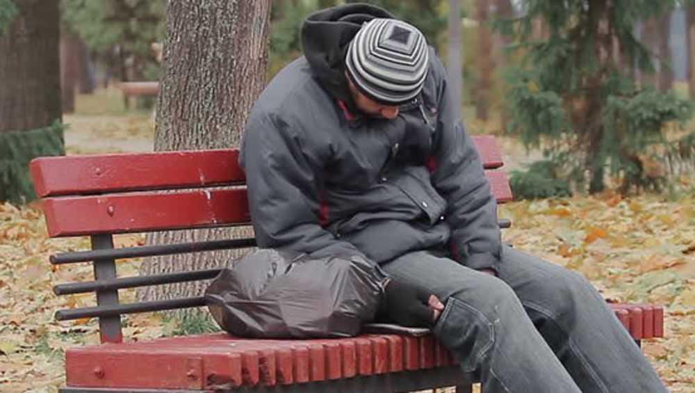 В Клинцах обокрали уснувшего на лавочке в парке мужчину