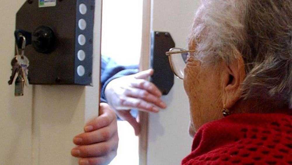 Брянскую пенсионерку избили и ограбили в собственной квартире