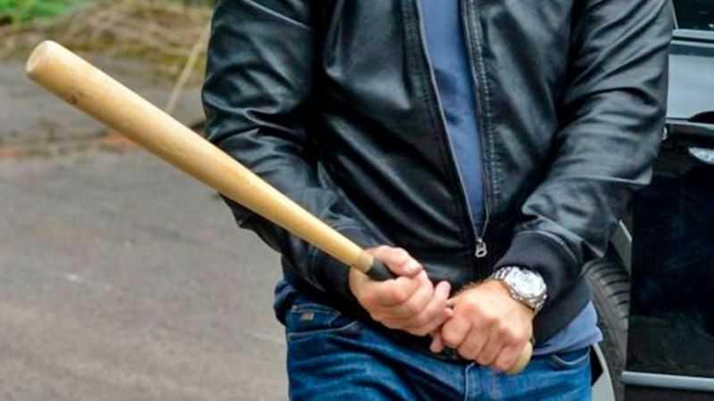 В Новозыбкове брянец пригрозил автомобильным ворам битой