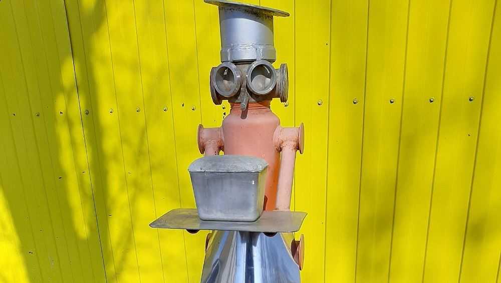 Возле Бежицкого хлебокомбината появилась странная фигура пекаря