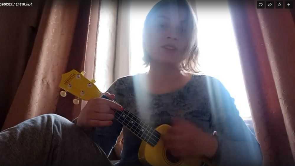 Девушка с укулеле приободрила брянцев своей песней про карантин