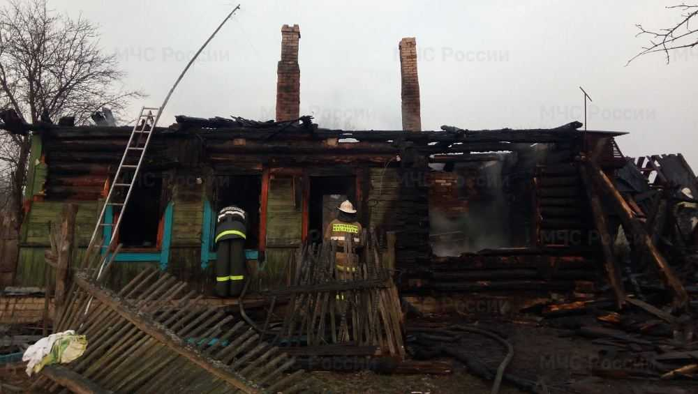 В ночном пожаре в Клетне погибли пенсионер и его дочь