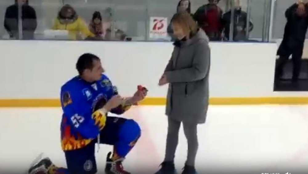 Хоккеист из Новозыбкова на льду сделал предложение девушке