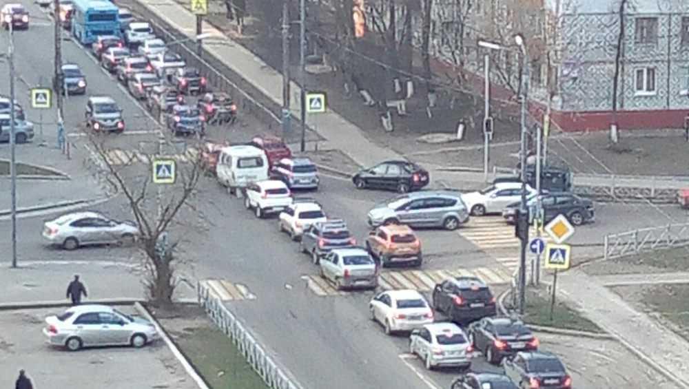 Утром в Брянске образовалась огромная пробка на улице Костычева