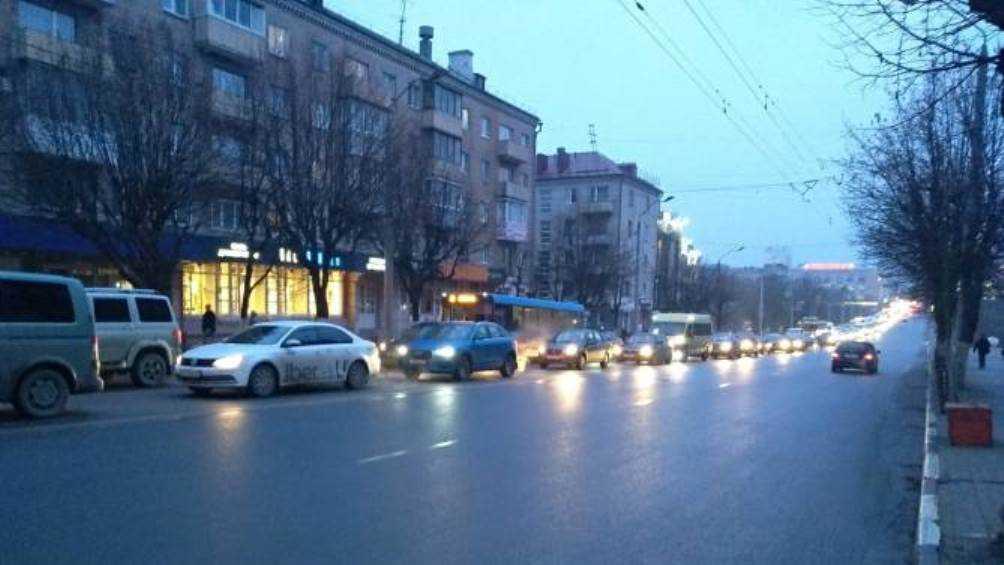 Центр Брянска сковала автомобильная пробка