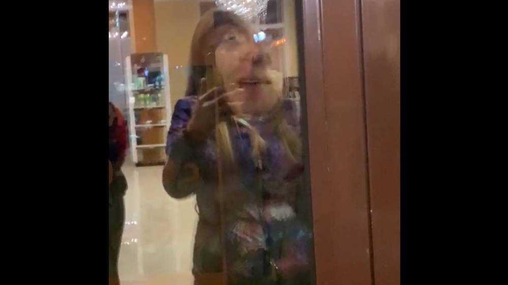 В Брянске агрессивный мужчина атаковал салон Сиваковой