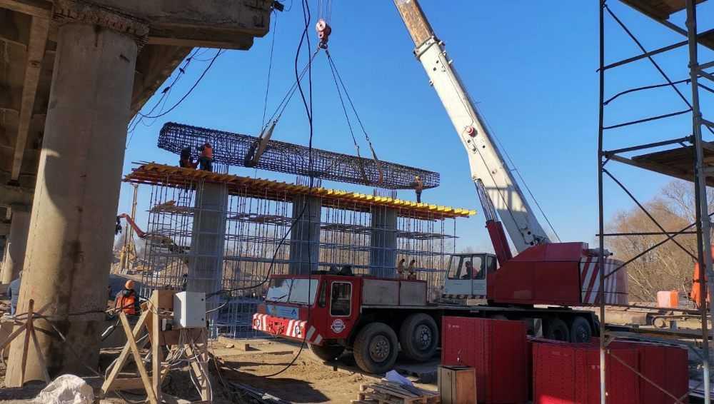 На строящемся в Брянске Литейном мосту начали установку первого ригеля