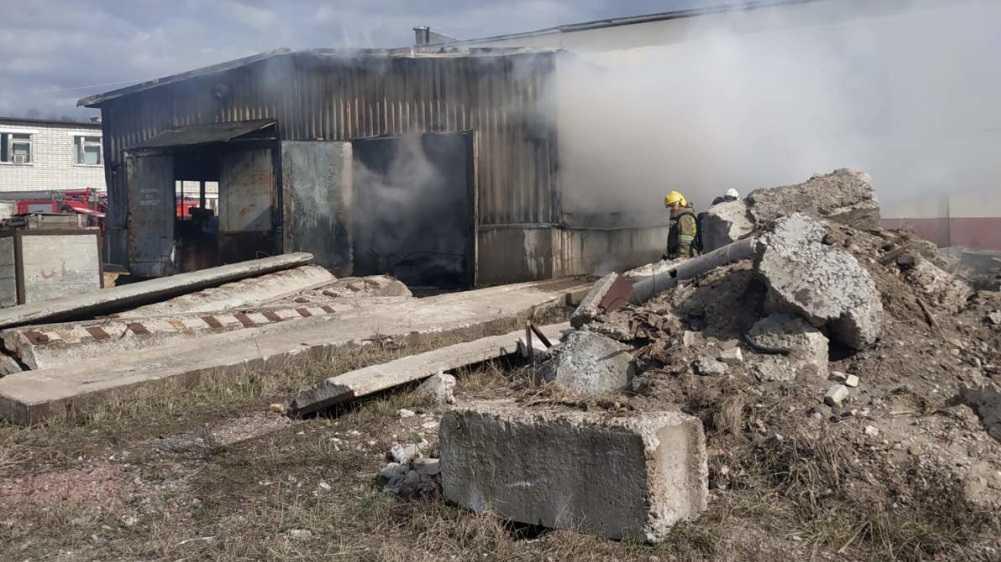В Брянске потушили горевший склад на улице Олега Кошевого