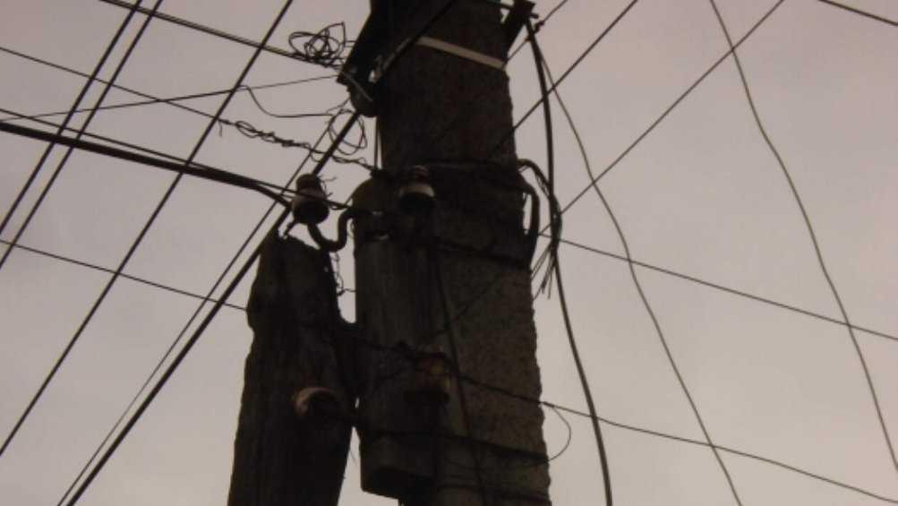 В Клинцах горожане указали чиновникам на опасный столб