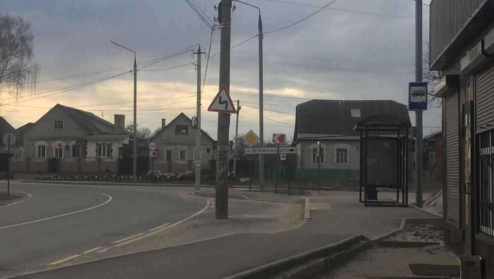 Жителей Брянска привел в недоумение торчащий посреди дороги столб