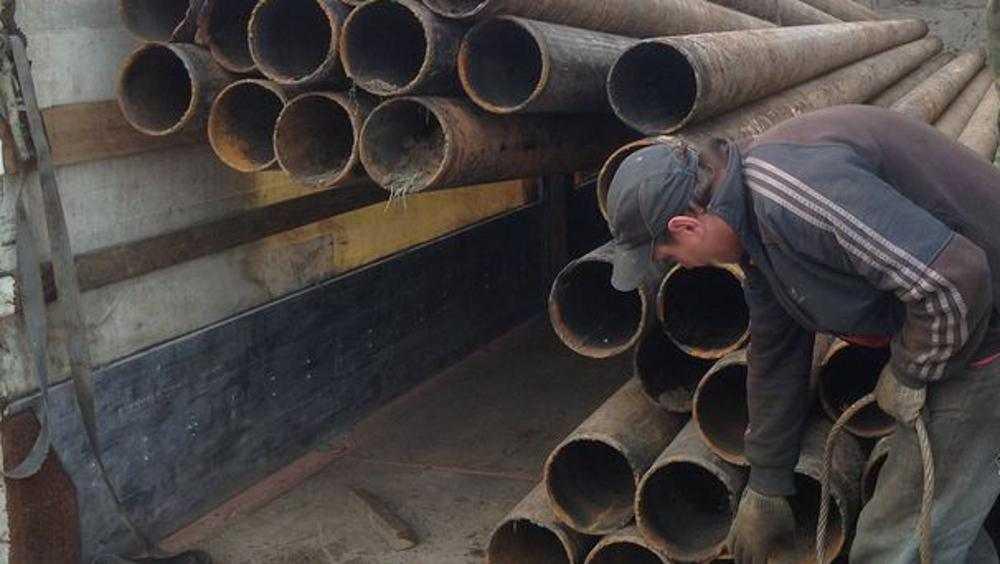В Брянске ночью подростки попались на краже трубы у строителей