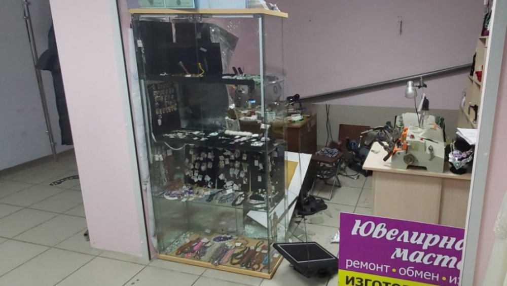 В Брянске ночью обворовали ювелирную мастерскую в торговом центре