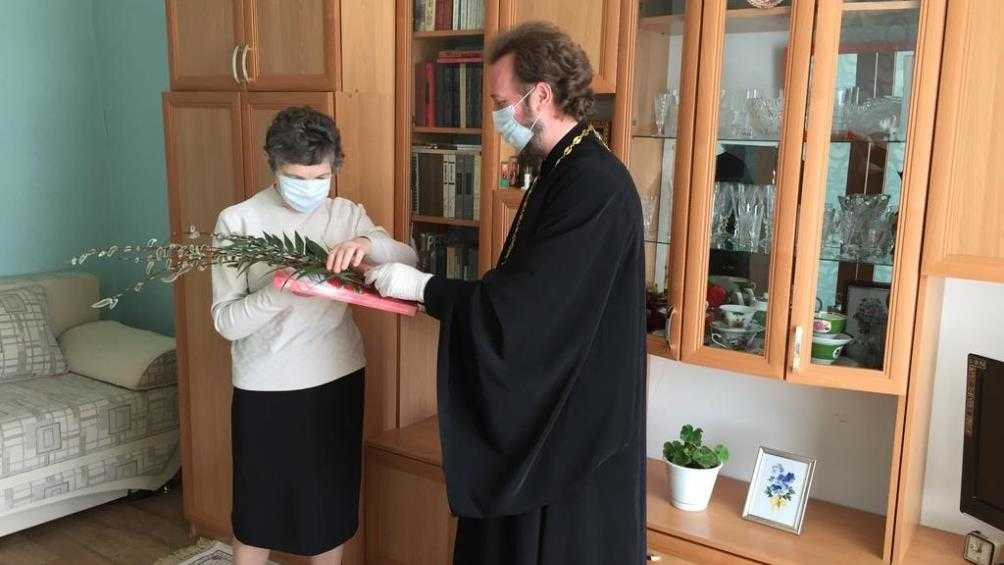 В Карачеве священнослужители навестили пенсионеров в самоизоляции