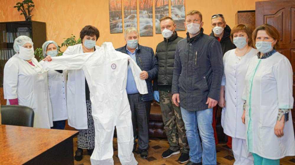 В Погаре предприятие «Авангард» подарило больнице защитные костюмы