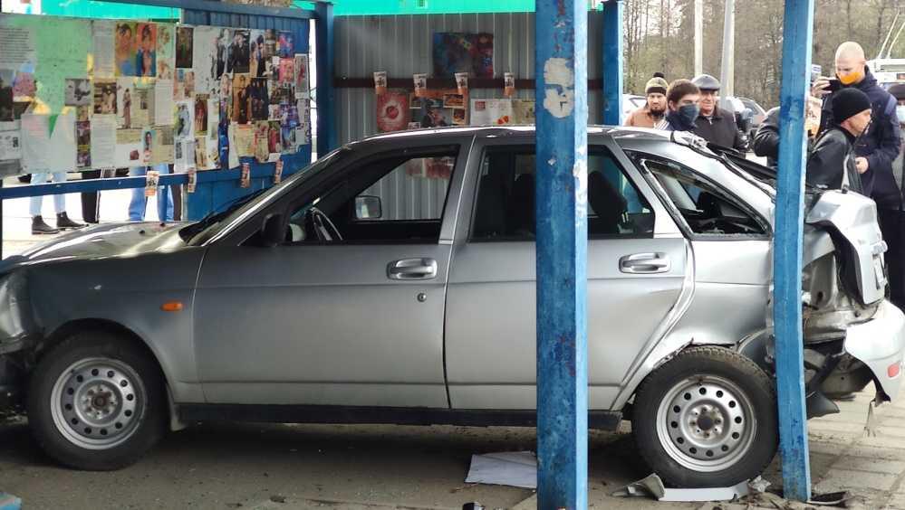 В Брянске легковушка сбила дорожный знак и врезалась в остановку
