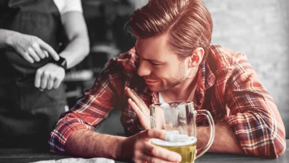 В баре Брянска парень украл у случайного знакомого 11000 рублей