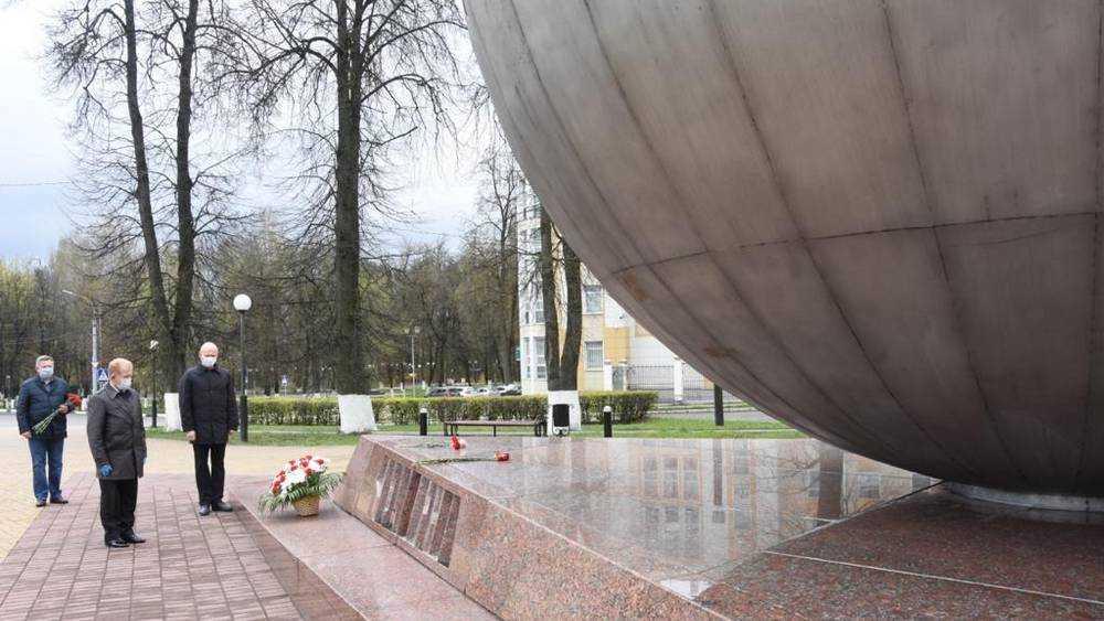 Брянцы возложили цветы к памятникам жертв Чернобыля