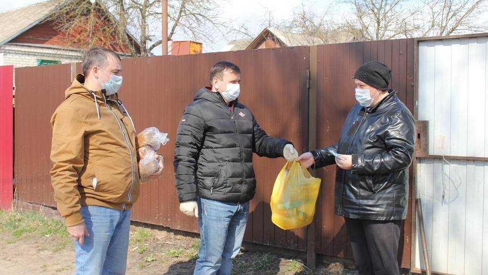 Брянские чиновники лично доставили продукты землякам