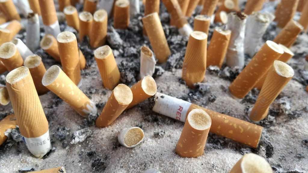 Врач рассказал о связи курения и коронавируса