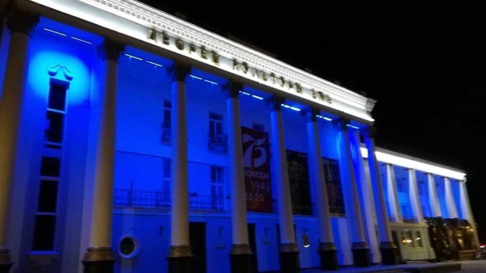 В Брянске здание ДК БМЗ подсветили синим цветом в День аутизма
