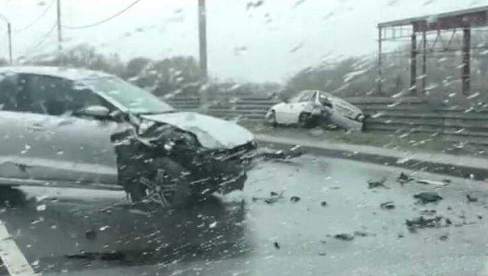 В Брянске на Флотской в серьёзном ДТП разбились два автомобиля