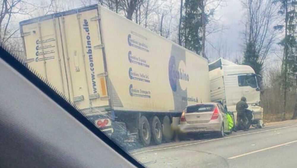 На трассе Брянск – Новозыбков легковушка вытеснила фуру с дороги
