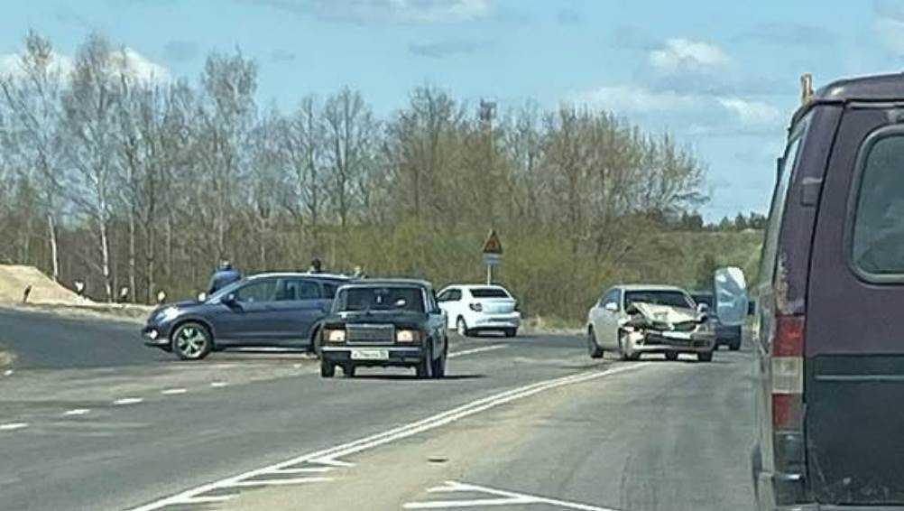 В Брянске возле озера Орлик две легковушки не поделили дорогу