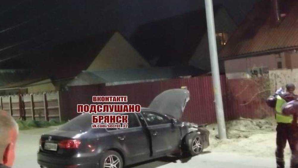 В Брянске иномарка врезалась в столб на улице Абашева