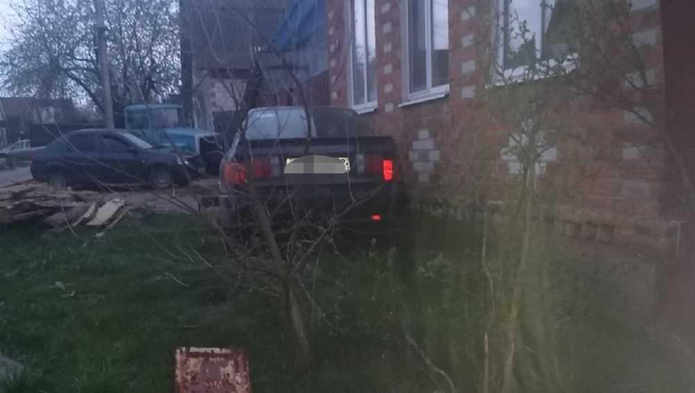 В Новозыбкове удиравший от полиции пьяный водитель въехал в дом
