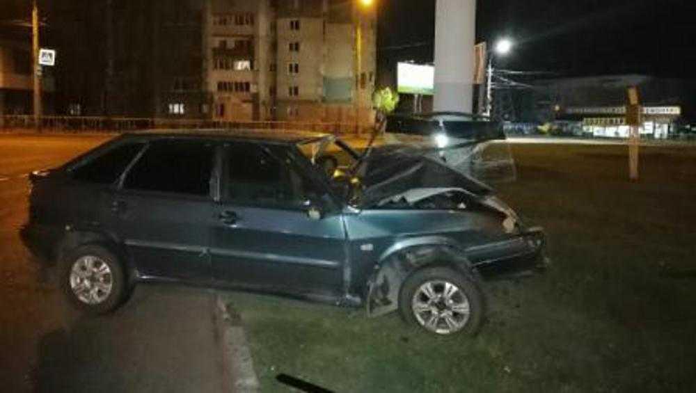 В Брянске спасатели вызволили водителя из смятого автомобиля