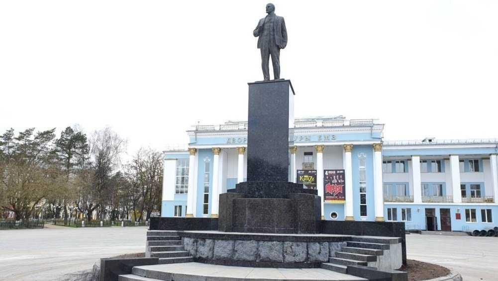 В Брянске отремонтировали памятник Ленину на площади у ДК БМЗ