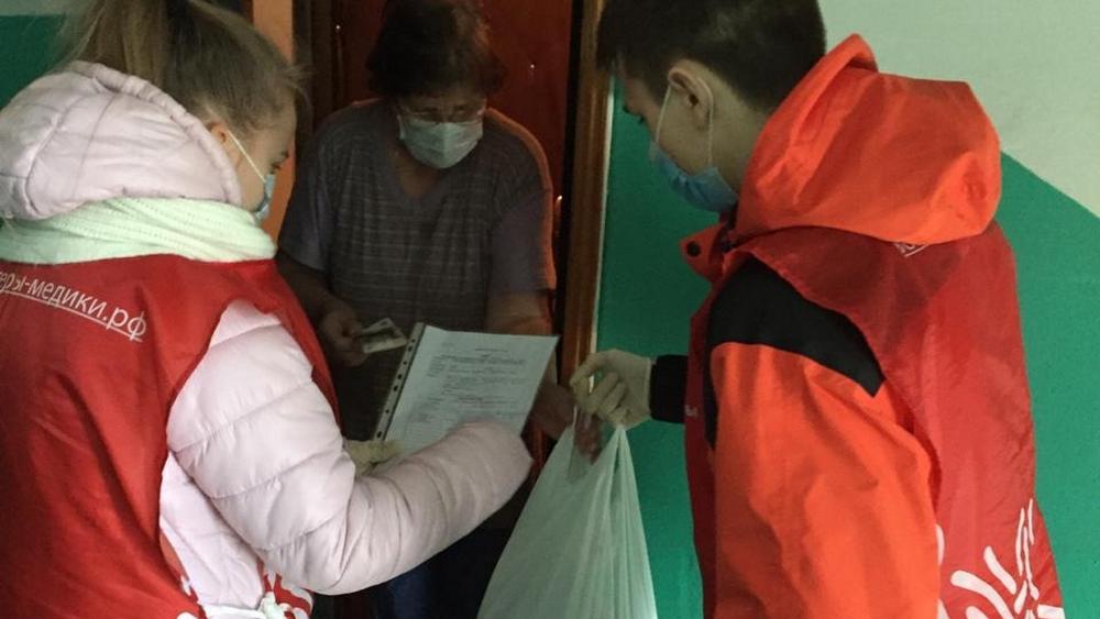 Брянские волонтёры привозят продукты пенсионерам в самоизоляции