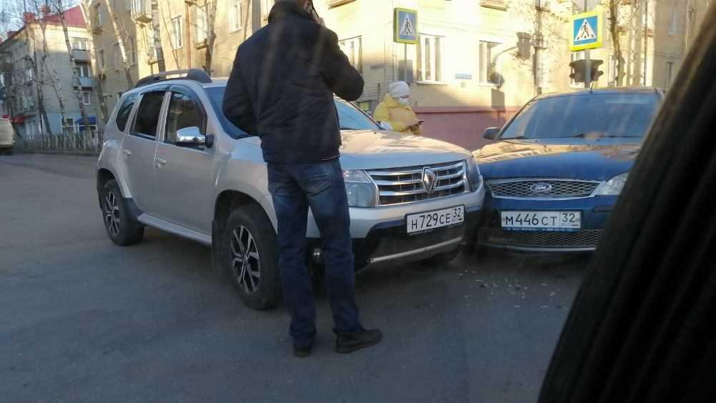 В Брянске сняли видео о не поделивших дорогу легковушках