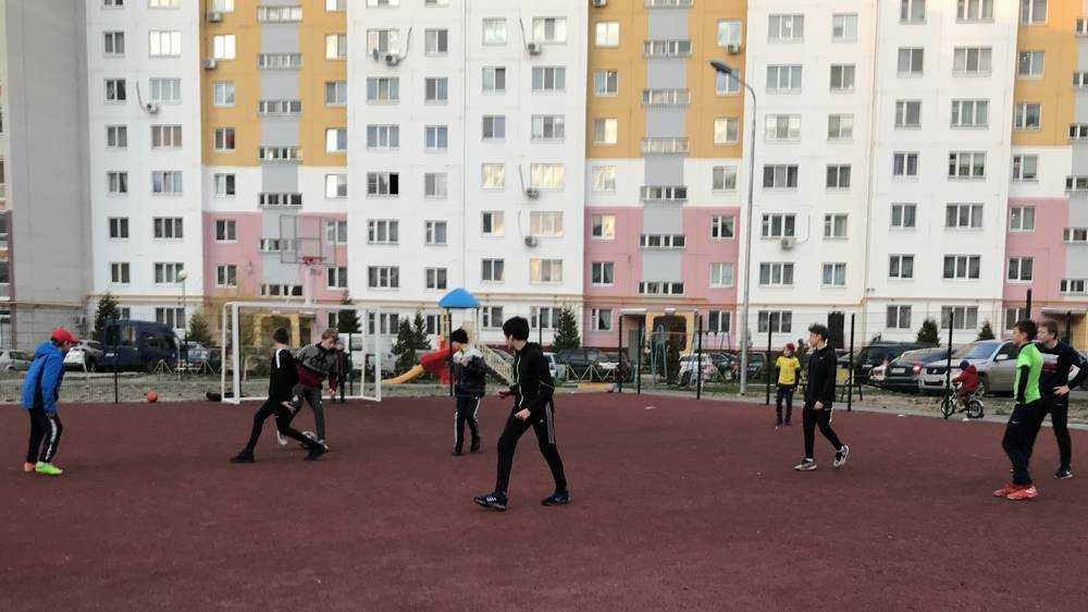 Брянские дети беспечных родителей вышли на футбольные площадки