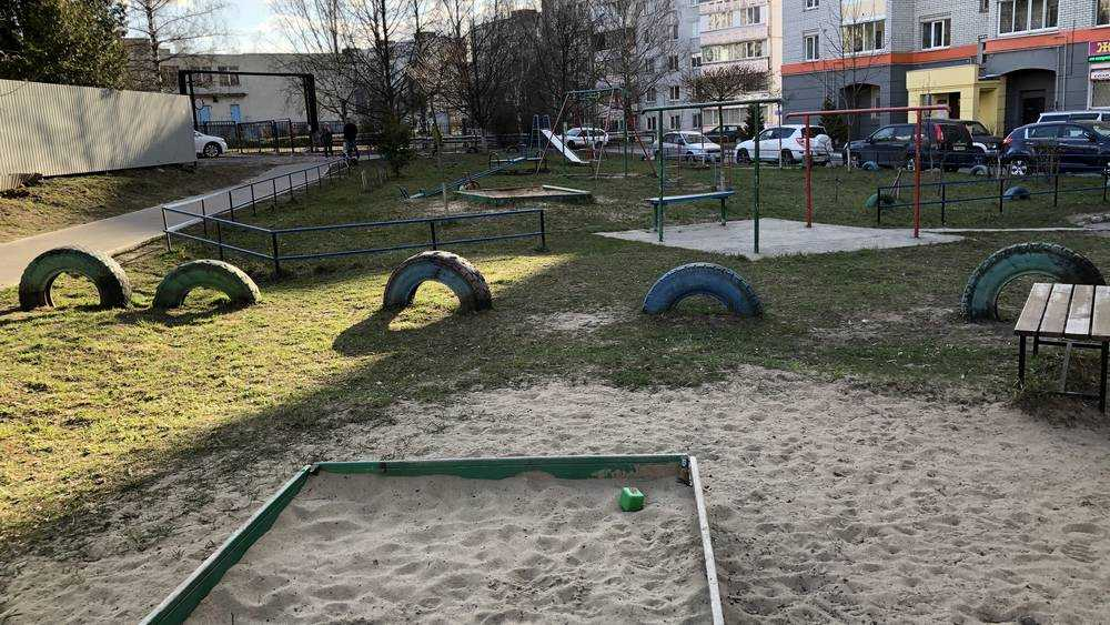 В Брянске вывели детей на улицу самые беспечные родители