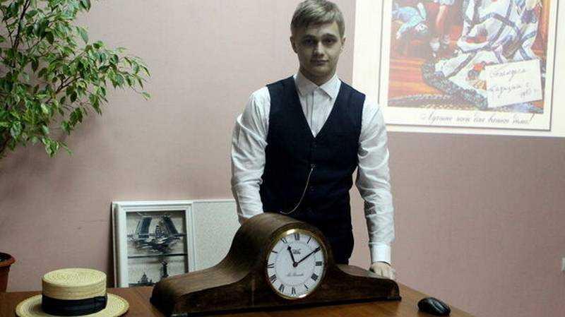 Школьник из Карачева сделал часы в виде двууголки Наполеона