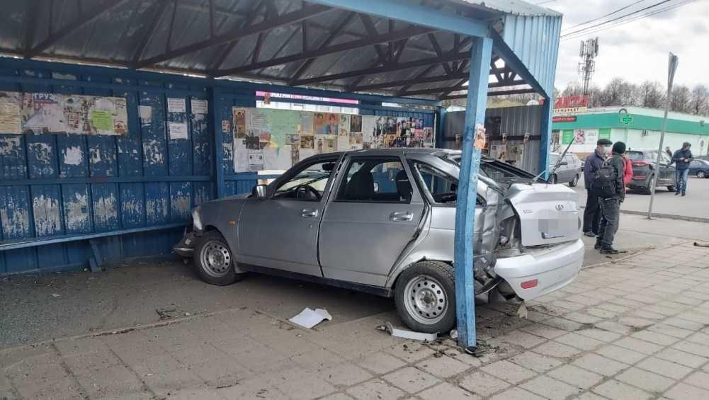 В Брянске остановку протаранил пьяный водитель Lada без «прав»