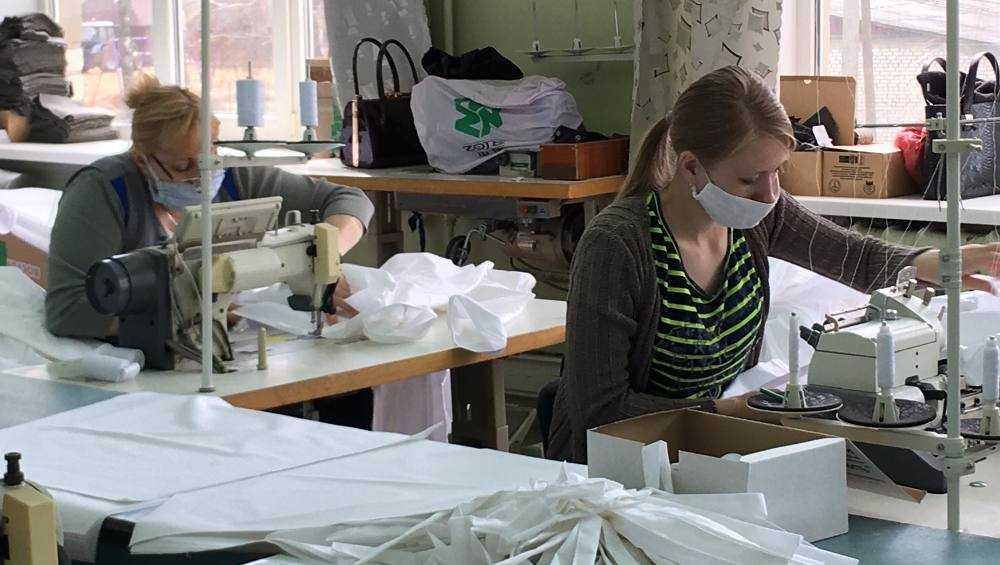 Дубровская фабрика стала выпускать по тысяче костюмов для медиков