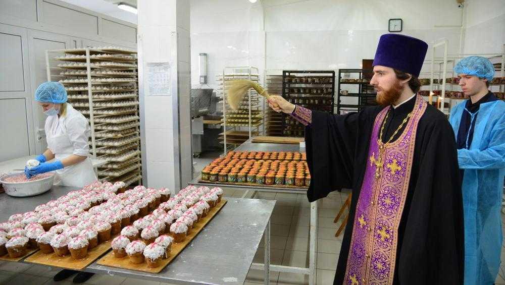 В Брянске освятили куличи прямо на хлебокомбинате