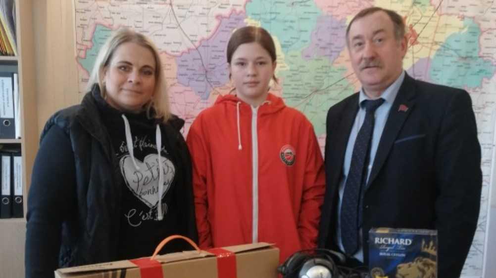 Лидер брянских эсеров Курденко подарил школьнице ноутбук и наушники
