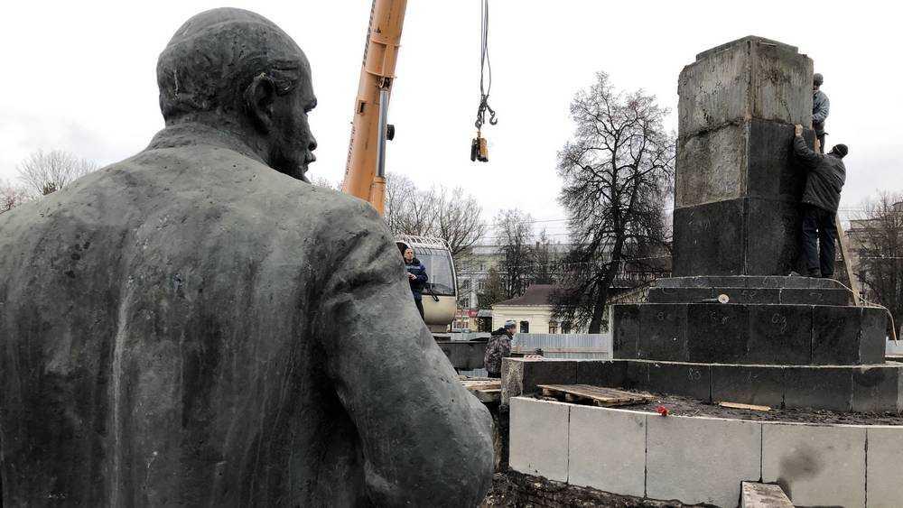 В Брянске памятник Ленину вернули на постамент возле ДК БМЗ