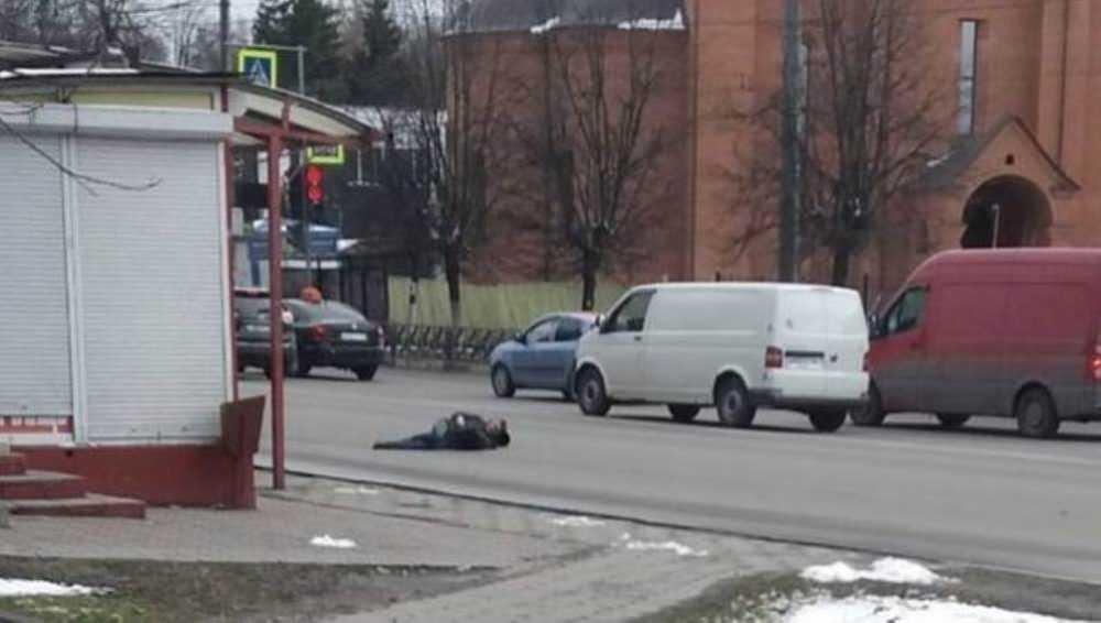 В Брянске рассказали о лежавшем на проезжей части мужчине