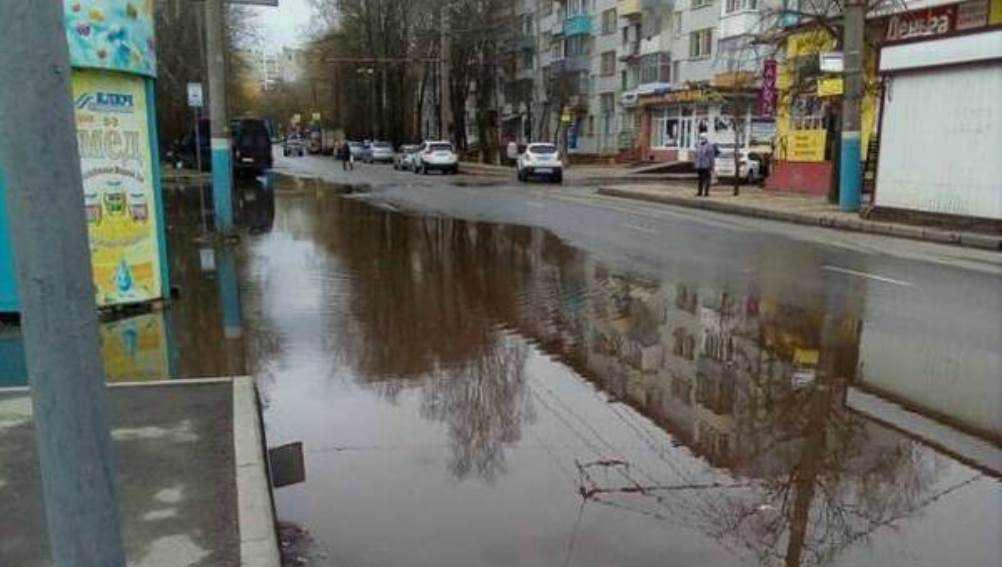 Жителей Брянска возмутила огромная лужа на улице Горбатова