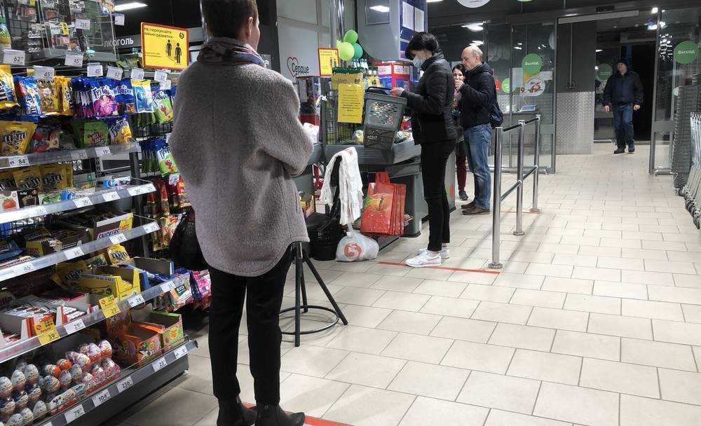 Жители Брянска приучили себя к соблюдению дистанции в магазинах