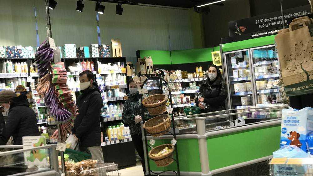 Брянские магазины стали навязывать и дарить покупателям маски